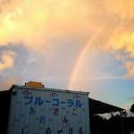 ショップの上空にかかる虹