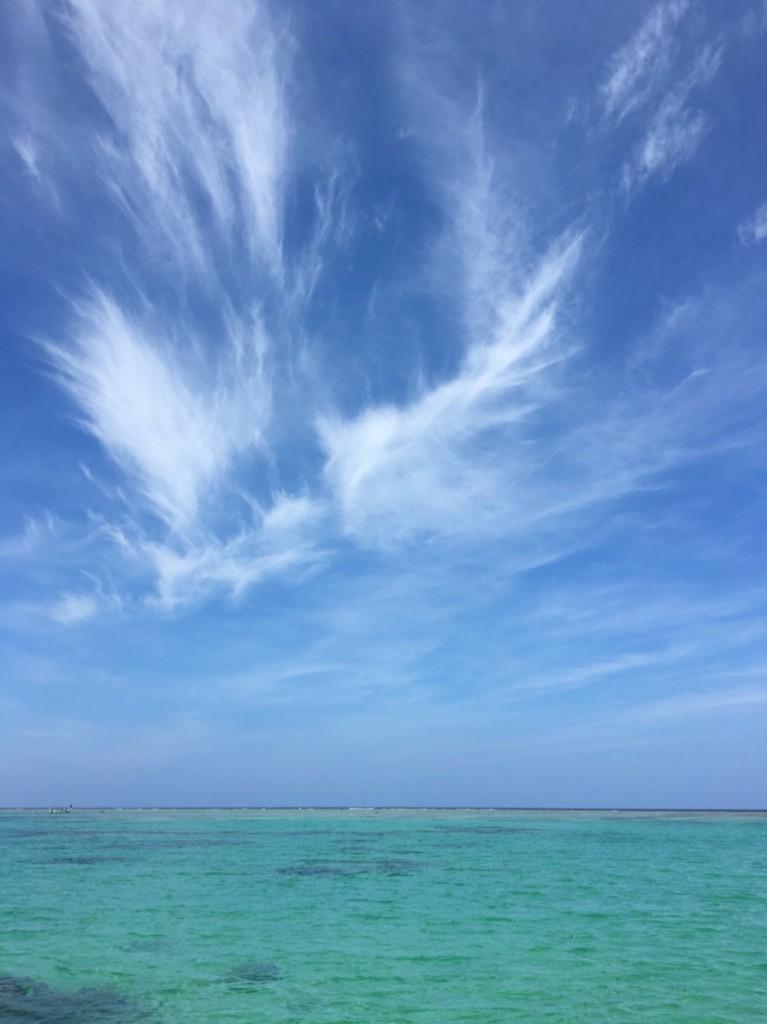 午後の海 神々しい空