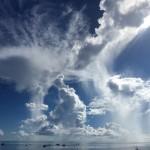 空には夏雲、海はべた凪