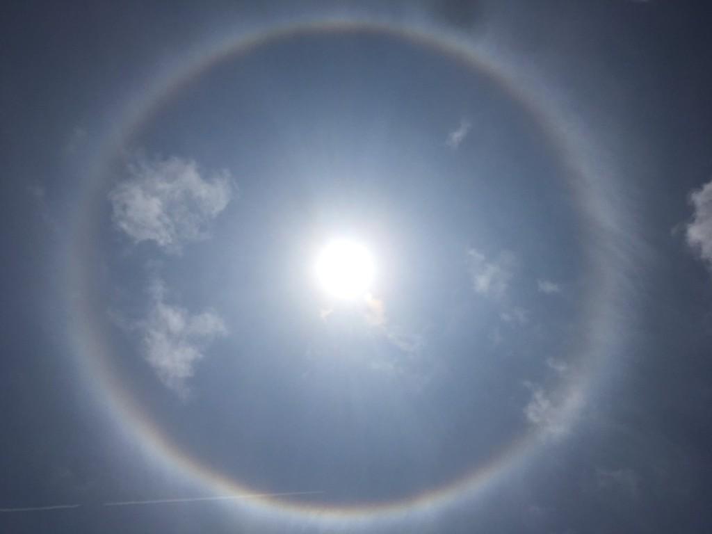 幸運の前触れとも言われている日暈 11時頃石垣島の空に出現