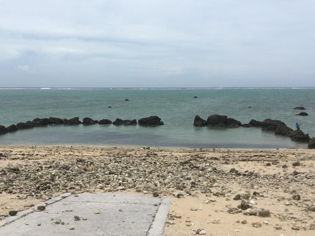 白保船着場 打ち上がったサンゴがいっぱい 船を降ろす道が塞がれています…